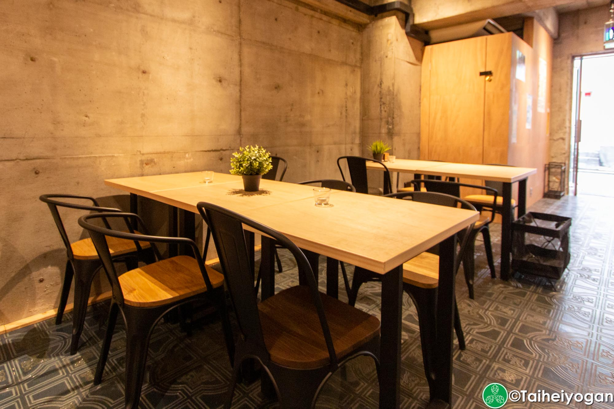 Number 6 - Interior - Table Seating